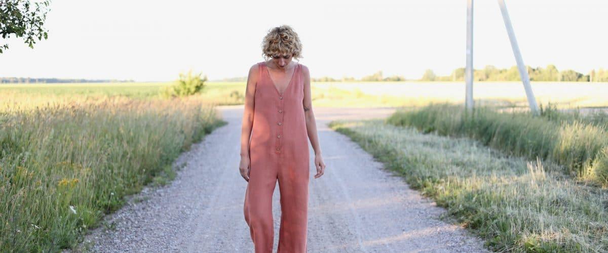 linnen jumpsuit zonder mouwen rusty pink sfeerfoto